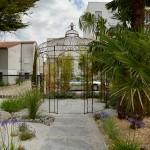 Gloriette en fer forgé et végétation luxuriante